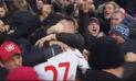 YouTube: jugador de Liverpool recibió un beso en la boca por hincha efusivo   VIDEO