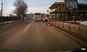 YouTube Viral: Mujer intenta ser atropellada por camión y todo termina mal [VIDEO]