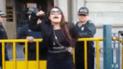 Mujer se encadena frente a la carceleta del INPE en Palacio de Justicia [VIDEO]
