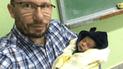 Facebook: la tierna razón por la que un profesor cargó al bebé de su alumna