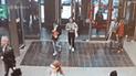 Vía Facebook: joven se incrusta en una puerta de cristal por mirar su celular [VIDEO]