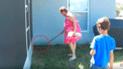 YouTube viral: mujer intenta deshacerse de serpiente y sucede lo peor [VIDEO]