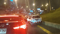 Vehículo conduce encima de berma para evitar el tráfico de la Av. Javier Prado