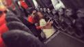 Madre desata polémica al permitir que su hijo utilice orinal en medio del pasillo de un avión