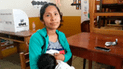 Joven madre participa como miembro de mesa con su bebé en brazos en Chimbote