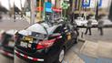 Taxista estaciona en vía exclusiva para discapacitados pese a señalización