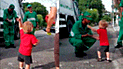 Facebook viral: Niño sorprende a trabajadores de limpieza con curiosos regalos [VIDEO]