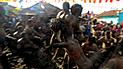 India: se sumergen en estiércol para evitar enfermedades