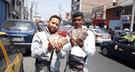 Venezolanos cambian sus billetes Bolívar por soles en Chimbote
