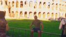 YouTube viral: chico pide que le tomen un foto con el Coliseo Romano y queda en ridículo [VIDEO]