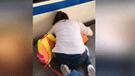 YouTube: se distrae con teléfono y su hija casi muere en los rieles de tren [VIDEO]