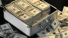 Mujer pide que le devuelvan los $108 millones que encontró en maleta