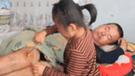 YouTube: niña conmueve al mundo al cuidar de su padre parapléjico [ VIDEO]