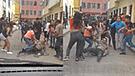 Rímac: vecinos de toda una cuadra golpearon y patearon a policía [VIDEO]