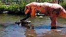 YouTube viral: graban épica pelea del dinosaurio 'Cállese viejo lesbiano' y feroz cocodrilo [VIDEO]