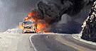 Incendio consume por completo camión en cuestión de minutos en Arequipa [VIDEO]