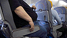 """Pasajero exige indemnización a aerolínea por sentarlo """"junto a una persona gorda"""""""