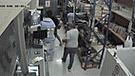 En un minuto delincuentes se llevan 150 mil soles de ferretería [VIDEO]