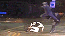 Pandilla ataca a policías en plena vía pública mientras transeúntes permanecen indiferentes [VIDEO]