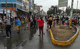 Ate: más de 300 ambulantes limpian pistas y veredas [FOTOS]