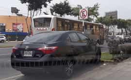 #YoDenuncio: auto se estaciona en zona prohibida de La Molina