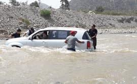 Intentó atravesar río Lurín con su camioneta y casi es arrastrado por la corriente [FOTOS Y VIDEO]