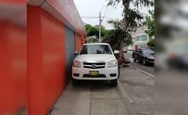 #YoDenuncio: vehículo utiliza vereda como estacionamiento