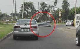 #Yodenuncio: vehículo transita con tubos saliendo por la ventana [VIDEO]