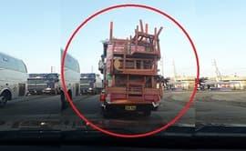 #YoDenuncio: vehículo traslada muebles y colchones en tolva de una camioneta