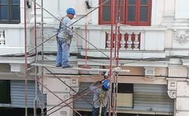 Trabajadores arriesgan sus vidas al laborar sin medidas de seguridad
