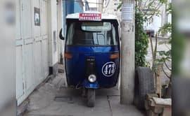 Chorrillos: mototaxi estacionada en vereda impide paso de peatones