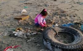 Niños ayudan a limpiar playa contaminada de Ventanilla [FOTOS]