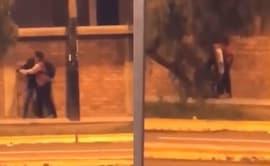 Piden ayuda para identificar a joven que golpeó a mujer [VIDEO]
