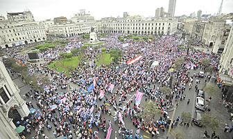 ''Con mis hijos no te metas'' Colectivos a favor y en contra se reúnen en la Plaza San Martín [FOTOS]