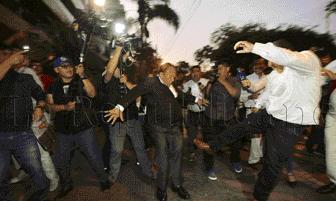 Protestas y agresiones en el frontis de la residencia del embajador de Uruguay tras pedido de asilo de Alan García [FOTOS]