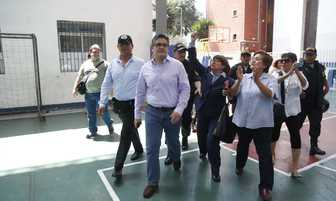 Entre aplausos recibieron a fiscal Domingo Pérez en centro de votación [FOTOS]