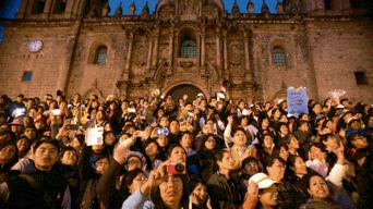 El dirigente Ernesto Meza fue recibido entre aplausos en la Plaza Mayor, por miles de maestros y padres de familia.
