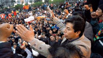 No dan marcha atrás. Dirigente Pedro Castillo en la Plaza San Martín con miles de docentes que llegaron a Lima.