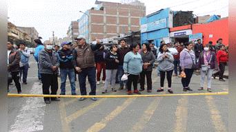 Comerciantes, vecinos interesados en saber de lo sucedido. Foto: Hanslitt Cruzado
