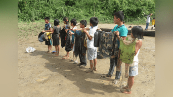 Los niños afectados. Lucía Kayap y el Apu Norberto Wamputsak exigen atención.