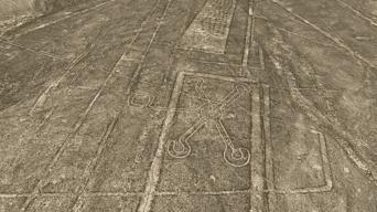 El arete. Esta enigmática figura fue elaborada sobre un trapecio y otras líneas de Nasca.