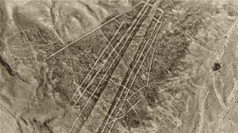 Lienzo de tierra. Líneas y trapecios Nasca elaborados sobre antiquísimas imágenes.