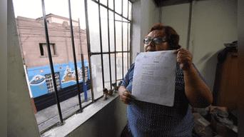 Margarita Gómez muestra la sentencia que la absuelve del delito de usurpación. Fotografía: Hernán Hernández.