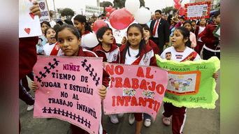 Decenas de niños y jóvenes marchan por las calles de Magdalena de Mar para crear conciencia sobre el trabajo infantil. Foto: Michael Ramón