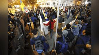 Policía impide a los manifestantes salir de la Plaza San Martín. Foto: Renato Pajuelo