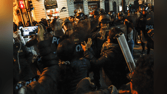 Un grupo de manifestantes trata de salir y se generan empujones contra la Policía. Foto: Jorge Cerdan