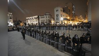 Gran número de efectivos policiales se desplegó a lo largo y ancho de la Plaza San Martín. Foto Renato Pajuelo