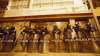 Labor. Decenas de efectivos de la Policía Nacional resguardaron a los fiscales a cargo de la captura y el allanamiento.