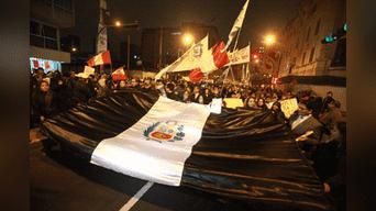 Bandera peruana de luto encabezó la marcha. Foto: Jhonel Rodriguez.