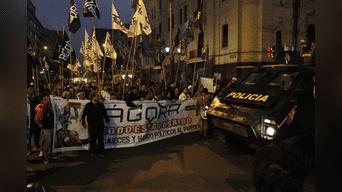 Entre las avenidas Colmena y Camaná tuvo que llegar un tanque para dispersar a los manifestantes. Foto: Jorge Cerdan.